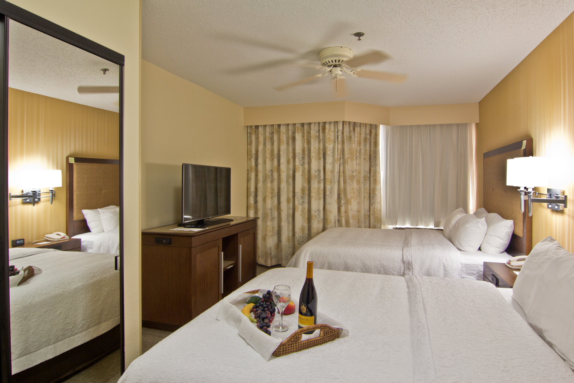 guest rooms at hampton inn chillicothe ohio. Black Bedroom Furniture Sets. Home Design Ideas